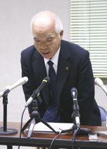記者会見でコラム盗用について謝罪する黒川市長=徳島県三好市役所