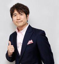 メジャーデビュー25周年を記念して発売したアルバムをPRする酒井雄二さん=徳島新聞社