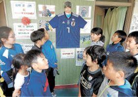 寄贈された柴崎選手のユニホーム。地元の英雄に期待は高まる=18日午後、野辺地小