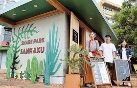 JR島田駅前の緑地内にオープンした「サンカクキッチン」=島田市日之出町