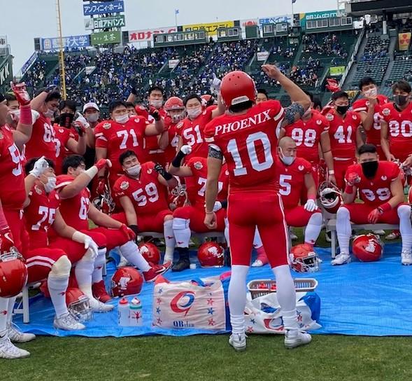 甲子園ボウルの試合前にオフェンスメンバーの士気を鼓舞する日大QB林大希選手=2020年12月13日、阪神甲子園球場