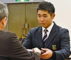 日本学生野球協会表彰を受賞した中京院中京高軟式野球部の村瀬選手(右)=岐阜市の長良川スポーツプラザで