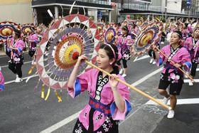 「鳥取しゃんしゃん祭」で一斉傘踊りを披露する踊り手たち=14日午後、鳥取市