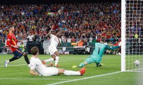 欧州ネーションズリーグ、リーグAの4組のスペイン戦でチームの3点目を決めるイングランドのスターリング(中央上)=15日、セビリア(ロイター=共同)