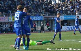 徳島対千葉 前半45分、勝ち越しゴールを決めた杉本⑩と喜ぶ呉屋⑬=鳴門ポカリスエットスタジアム