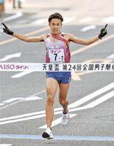 ゴールする福島のアンカー相沢。東北勢として初優勝を果たした