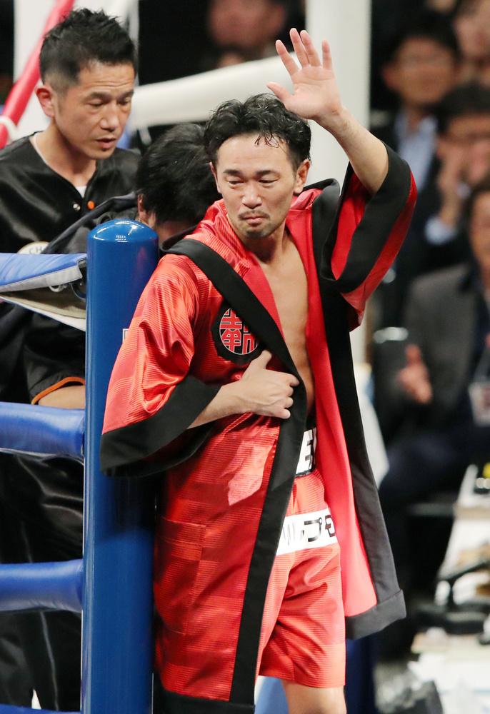 2回TKO負けし、リングを後にする山中慎介選手=両国国技館