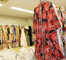 顧客に貸し出す振り袖が並ぶレンタル着物店=11日、福岡市中央区