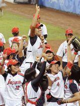 2008年8月、北京五輪のソフトボールで米国を破り金メダルを獲得した日本チーム(共同)