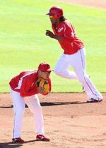 日本シリーズで一塁スタメンを争う松山(手前)とバティスタ(撮影・井上貴博)