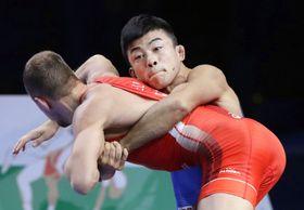 男子グレコローマン60キロ級決勝 ロシア選手(手前)と対戦する文田健一郎=ヌルスルタン(共同)