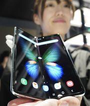 サムスン電子が日本での発売を発表した折り畳めるスマートフォン「ギャラクシーフォールド」=10日午後、東京都渋谷区