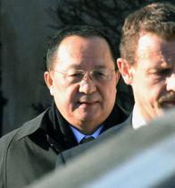 スウェーデン外相との会談後、建物を出る北朝鮮の李容浩外相=16日、ストックホルム(共同)