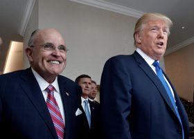 米大統領候補当時のトランプ氏(右)とジュリアーニ元ニューヨーク市長=2016年9月、ワシントン(ロイター=共同)