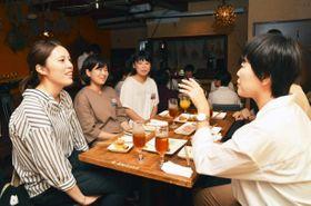 警察官の魅力を本音で語り合った女子会(21日午後、高知市帯屋町1丁目の飲食店)