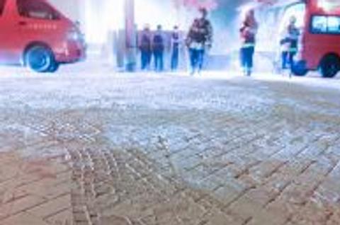 消火剤の粉で真っ白になったJA月寒中央ビル周辺の道路=21日午後11時10分