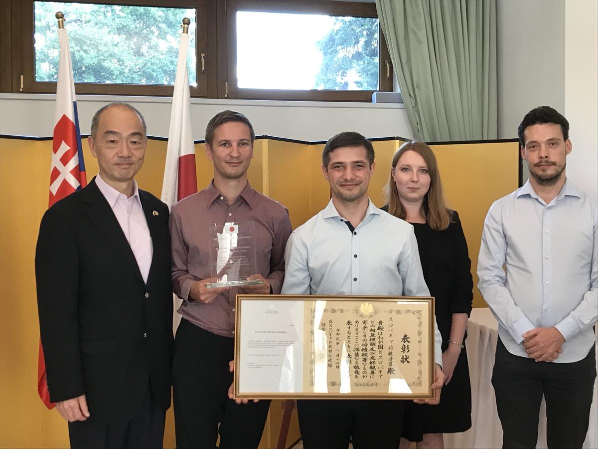 表彰されたスロバキア将棋協会のメンバー。左端は新美潤大使