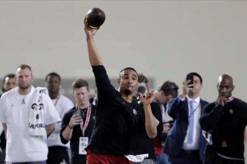 NFLの「プロデー」でスカウトやコーチの前でパスを披露するオクラホマ大のQBジャレン・ハーツ(AP=共同)
