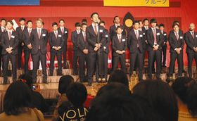 参加者に今季の意気込みを語る広井友信主将(中)=金沢市内のホテルで