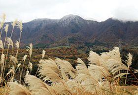 雪でうっすらと白くなった瀧山の頂上付近=31日午前9時41分、山形市・西蔵王高原から