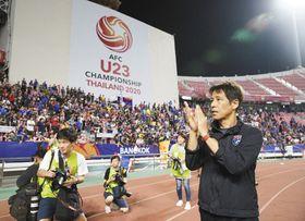 タイ代表を決勝トーナメントに導き、サポーターの歓声を受ける西野監督=14日、バンコクで(共同)