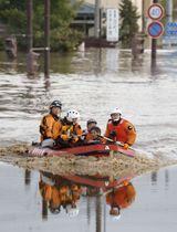 台風19号による大雨で千曲川が決壊し、ボートで救助される人たち=13日、長野市豊野町豊野