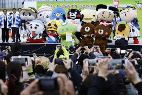 写真に納まる優勝した埼玉の「カパル」(中央)と、ご当地キャラクターら=18日午後、大阪府東大阪市