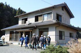 火災があった住宅=14日午前9時45分、鳥取県倉吉市