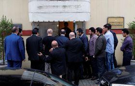 トルコ・イスタンブールのサウジアラビア総領事館に到着したサウジの当局者ら=15日(ロイター=共同)