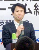 津市で講演する民進党の大塚代表=17日