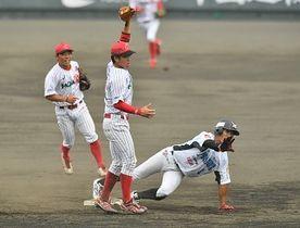 五回群馬2死一塁、一走大橋が二盗を狙うが、捕手松井の好送球で阻止(二塁手山本)