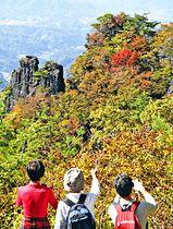 色鮮やかに彩られる霊山の紅葉=25日、伊達市霊山町