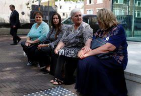 19日、オランダ・ハーグの裁判所前で判決を待つスレブレニツァの虐殺犠牲者の遺族団体メンバーら(ロイター=共同)