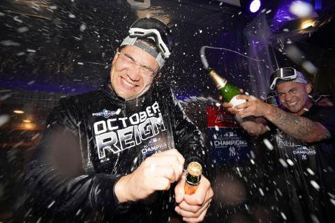 地区優勝を決め、シャンパンファイトをするヤンキース・田中=ニューヨーク(共同)