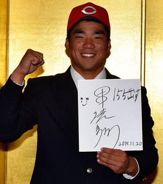 【仮契約後、報道陣にサインを披露した菰野高の田中法彦投手=四日市市安島1丁目の四日市都ホテルで】