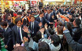 J1激励パレードで大勢の市民と触れ合うV長崎の選手ら=長崎市浜町