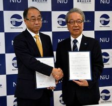 協定書に調印後、握手する佐古学長(左)と公文学長