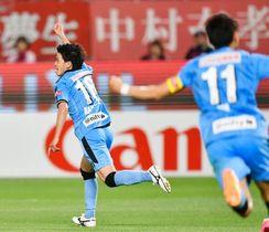 鹿島―川崎 前半、2点目のゴールを決め駆けだす川崎・長谷川(左)=カシマ