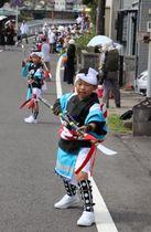 「エイ」。お下りの道中、子どもたちがなぎなた踊りを披露し無病息災を願った=長与町斉藤郷