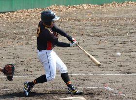 【写真】【九保大―宮大】4回裏宮大2死二塁、中前へ適時打を放つ是枝