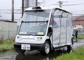 実証実験で自動走行する、電動のゴルフカートを改造した自動運転車=25日午前、福井県永平寺町