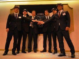 平野監督(右から3人目)と高橋コーチ(同4人目)を囲み、来季の活躍を誓う新入団選手=高崎市内のホテル