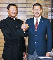 開会式後、東邦の石川選手(右)と握手する星稜の奥川投手=明治神宮会館
