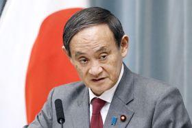 記者会見する菅官房長官=18日午前、首相官邸