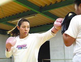 練習でパンチを繰り出す近藤佐知子さん=静岡県焼津市の駿河ボクシングジムで