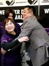 竹下佳江監督(手前左)と抱き合うヴィクトリーナ姫路の真鍋政義ゼネラルマネジャー=17日午後、山形県の酒田市国体記念体育館