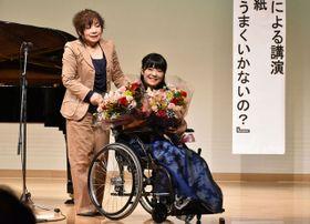 木城町で演奏や講演を行った野田あすかさん(右)と母の恭子さん