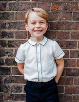 英王室の邸宅の庭で笑顔を見せるジョージ王子=9日、ロンドン(英王室提供・ロイター=共同)