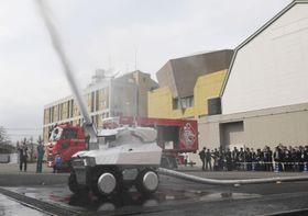 消防研究センターで公開された「放水砲ロボット」=22日午後、東京都調布市
