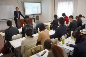 岡山外語学院の山中校長から災害時の外国人支援について学ぶ自治体職員ら